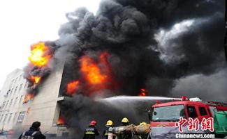 平湖箱包大火连烧8小时 嘉杭宁的消防前来增援
