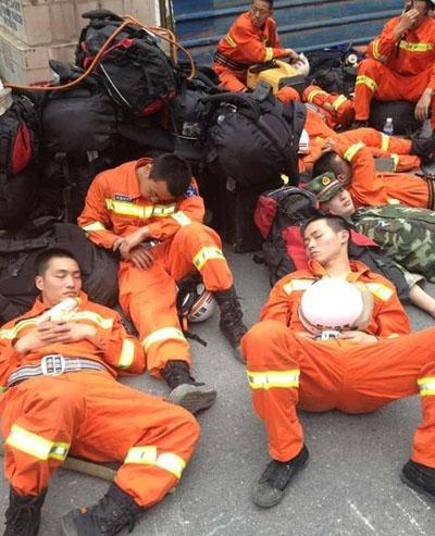 地震正能量 地震前线的可爱消防兵