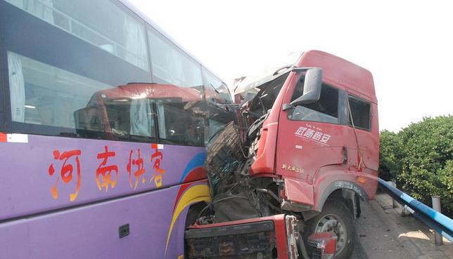 京港澳高速车祸事故现场-京港澳高速撞车事故 9人死亡 多图