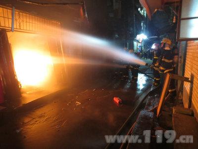 福州台江西二环一店铺深夜着火