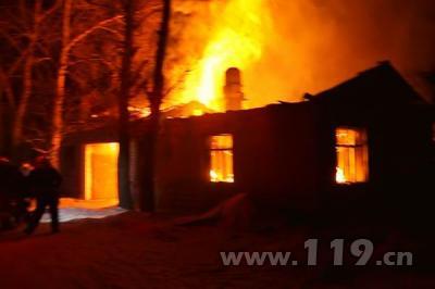 内蒙古呼伦贝尔一民房着火 房屋被烧坍塌