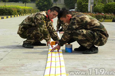 消防官兵研制荧光水带现场