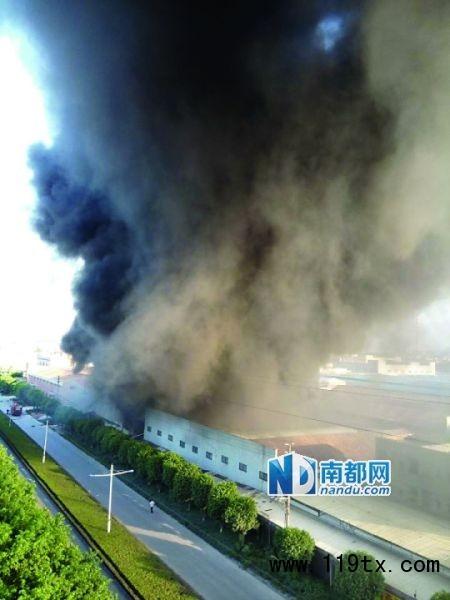 浓烟升到几十米高,几公里之外都能看见。 目击者供图
