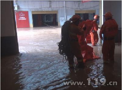 重庆巫山县暴雨致一汽车修理厂4名工人被困