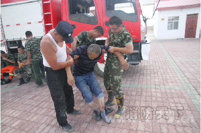 新疆一车陷入盐碱地11人被困