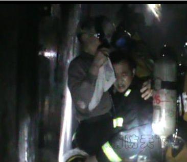 宜昌一居民楼杂物间起火8人被困