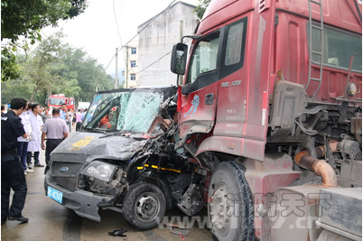 温州一乡村两车相撞致1人被困