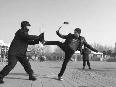 演练中,特警制服持刀嫌疑人。