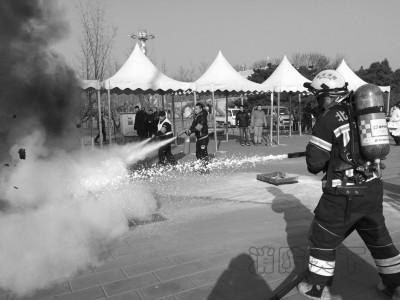 消防人员在进行救活演练。京华时报记者 陶冉 摄