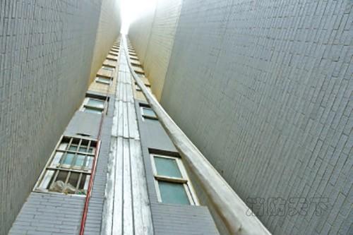 从20层楼扯下70米消防管村民只为浇菜地