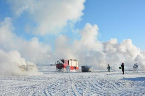 图为消防官兵在严寒中开展实战演练。消防部门供图