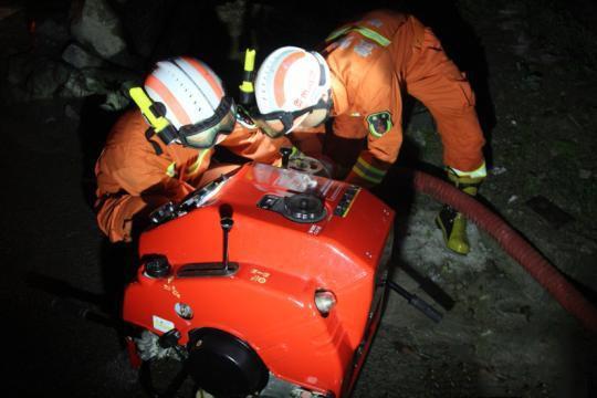 消防员到达现场后,利用手抬机动泵对道路进行排水