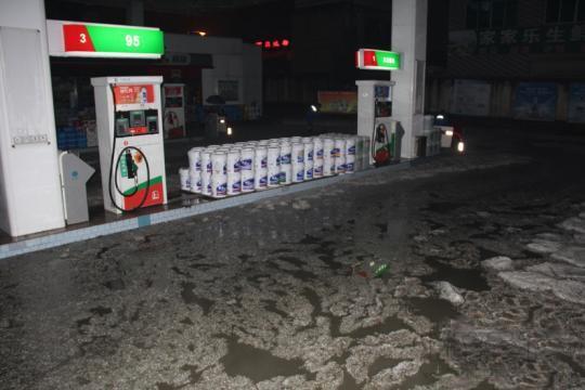 由于暴雨,当地加油站消防水池,己溢满淹向油罐区