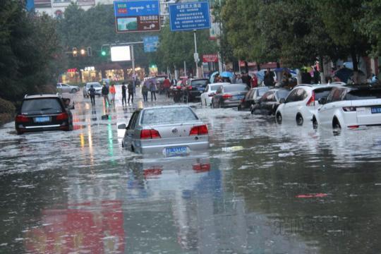 突降的暴雨导致黔西县城道路水位暴涨